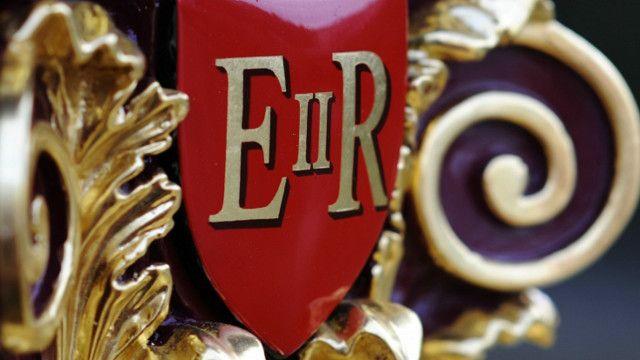 Эмблема королевы Елизаветы II на королевской барже.