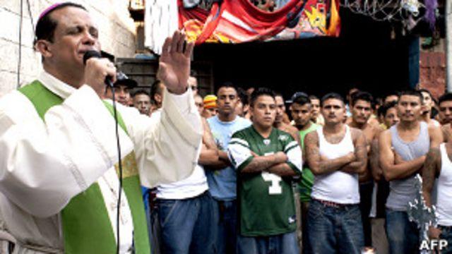 Pandilleros salvadoreños entregan armas