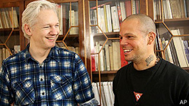 Calle 13 y un video provocador, hecho con Julian Assange, el fundador de WikiLeaks