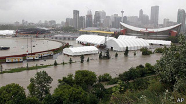 Canada: evacúan centro de Calgary debido a graves inundaciones