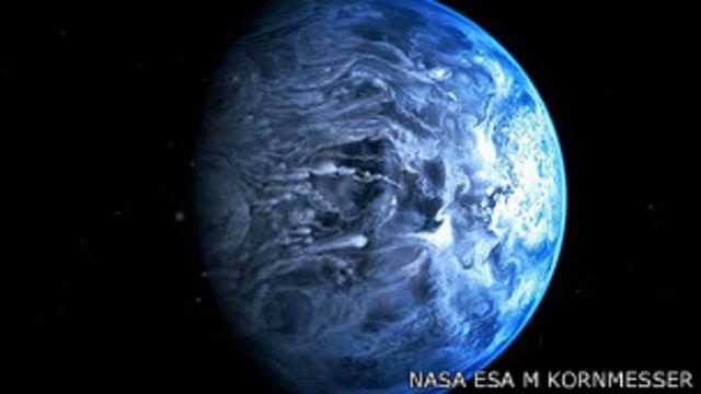 Definen el color de un planeta que no gira alrededor del Sol