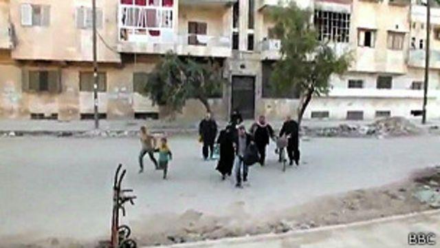 Moradores de cidade síria são obrigados a atravessar 'terra de ninguém'