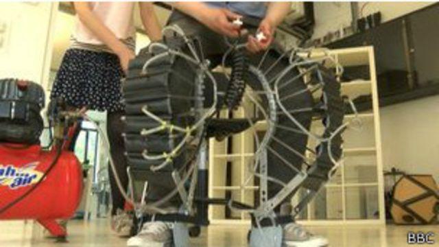 Unos pantalones neumáticos para elevar el cuerpo