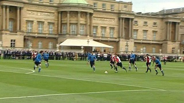 Футбольный матч у дворца