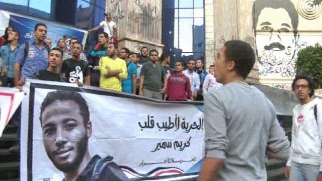 مجموعة شباب يتظاهرون امام نقابة الصحفيين في مصر