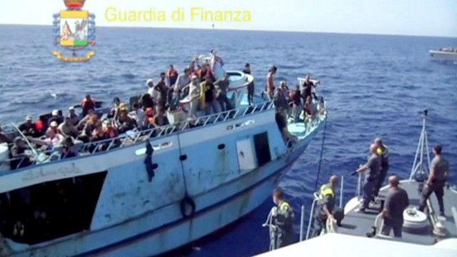 سفينة تحتوي على مهاجرين غير شرعيين
