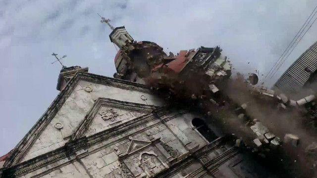 torre de igreja desaba | BBC