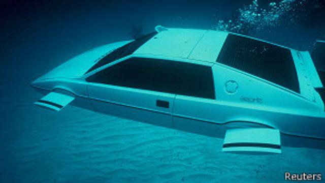 Quieren transformar auto de James Bond en submarino