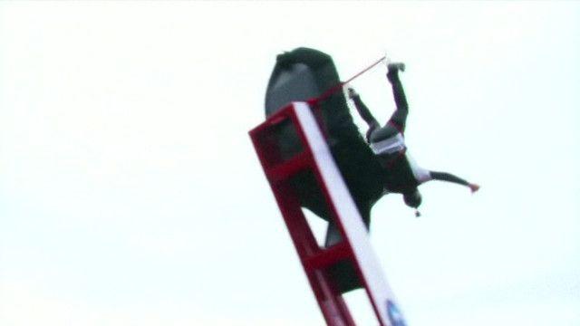 homem em salto de base jump   Reprodução de vídeo
