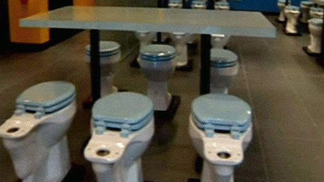 مطعم يصمم كراسيه في شكل مرحاض