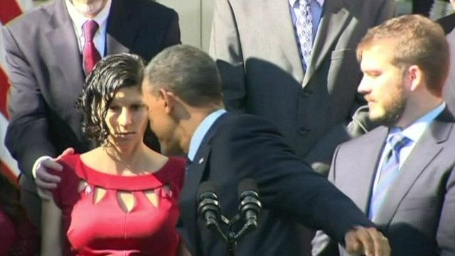 Обама ловит женщину