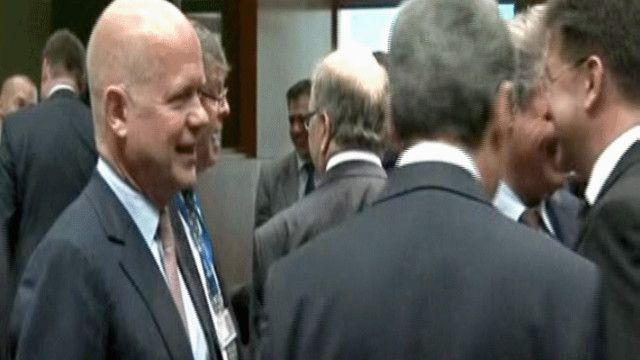 ويليام هيغ وزير الخارجية البريطانية في لقاء معارضين سوريين