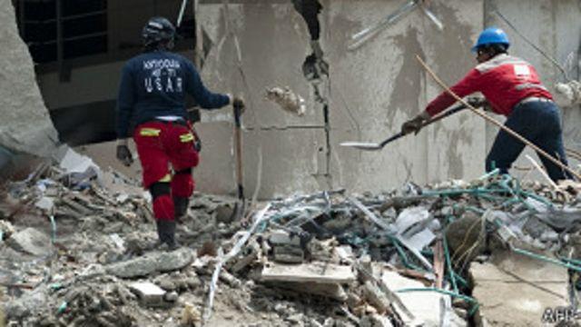 Rescatan segundo cadáver del edificio desplomado en Medellín