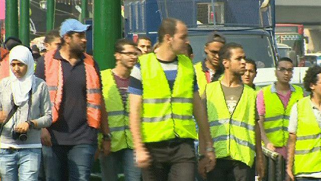 مجموعة من الشباب المصري تتصدى للمتحرشين