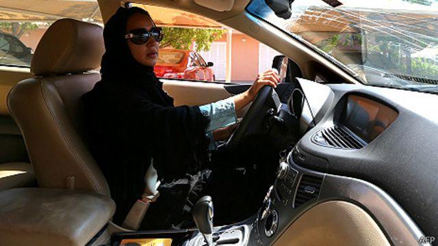 الشورى يوصى بالسماح للسعوديات بقيادة السيارات بشروط