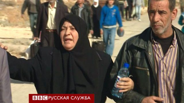 Пожилая жительница Муадхамии уходит из города