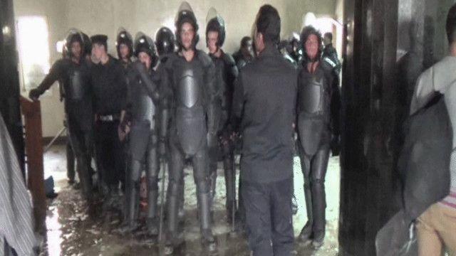 الشرطة المصرية تقتحم مقر جامعة الأزهر