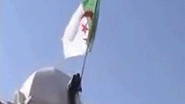 مغربي ينزل العلم الجزائري من على مبنى القنصلية الجزائرية