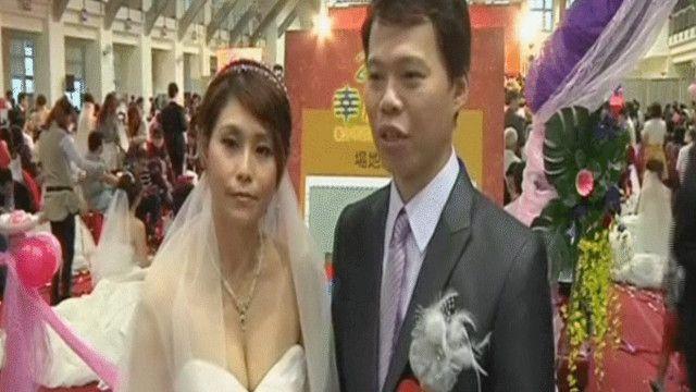 زوجان من تايوان في عرس جماعي