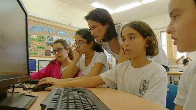 طلاب مدرسة بمرافقة معلمتهم في اسرائيل