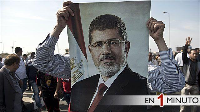 Manifestante mostrando una fotografía de Morsi