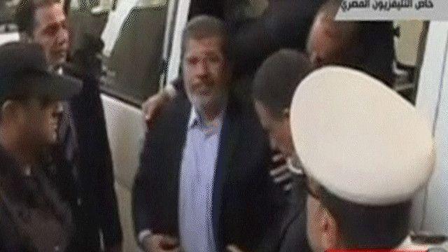 الرئيس المصري المعزول محمد مرسي يستعد للدخول للمحكمة