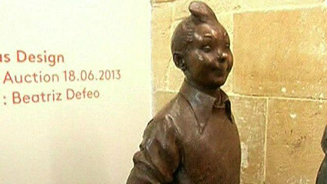 Estátua de bronze reproduzindo o personagem Tintin é um dos artigos de Hergé que vão a leilão (BBC)