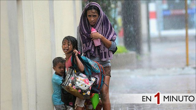 Una madre con sus hijos se refugia del tifón