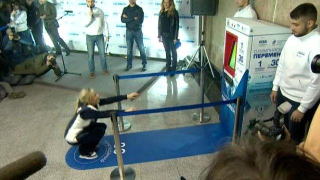 أداء التمرينات الرياضية أمام آلة صرف تذاكر في موسكو