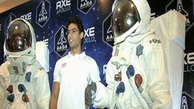 متسابق مصري بين رجلين في زي رجال الفضاء