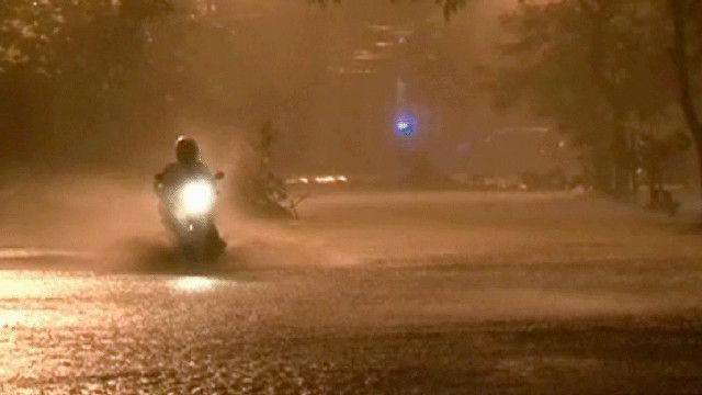 فيتنامي على دراجة في احد الشوارع