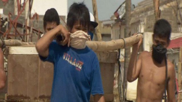 مواطنون ينقلون جثة إحدى ضحايا الإعصار