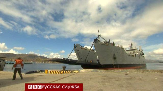 Корабль с грузом помощи в порту Таклобана