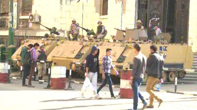 مدرعات الجيش المصري تغلق الطرق المؤدية إلى الميادين