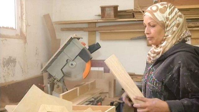 """عائدة القرنة أول """"نجّارة"""" في الأردن"""