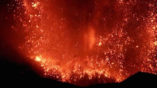 ثوران بركان إيتنا في إيطاليا