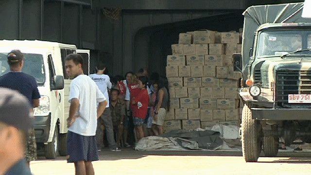 مواد غذائية محملة على سفينة في تكلوبان