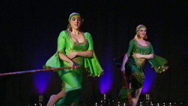 بريطانيات يعرضن مهاراتهن في فنون الرقص الشرقي