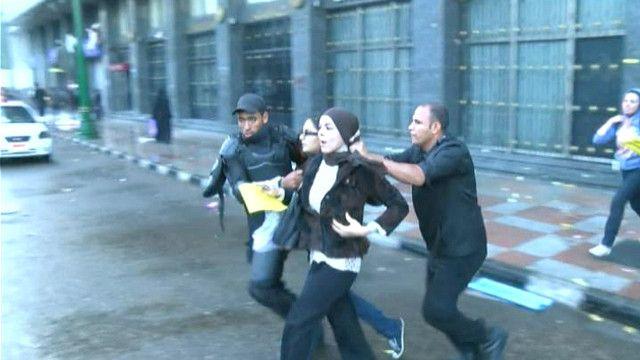 القبض على متظاهرين ضد قانون التظاهر في مصر