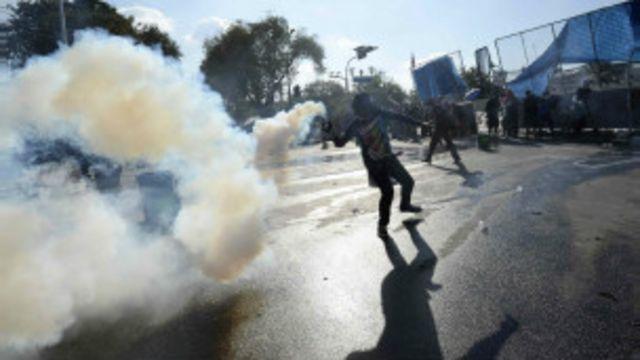 Policía repele a manifestantes en Tailandia