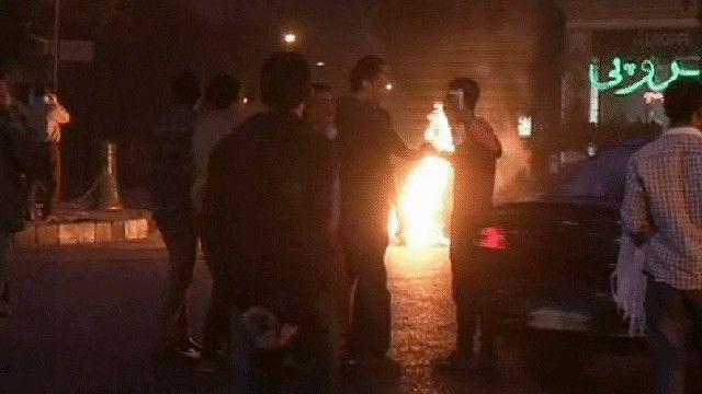 متظاهرون مصريون يشعلون الاطارات