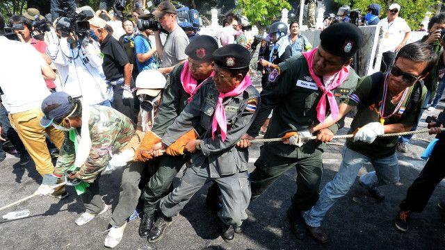 Cảnh sát Thái gỡ bỏ hàng rào chắn