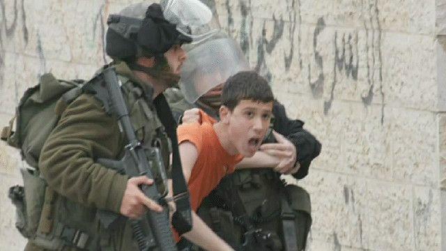 افراد من الشرطة الإسرائيلية تعتقل طفل فلسطسني