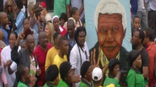 مواطنون من جنوب أفريقيا يودعون مانديلا