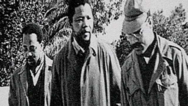 نيلسون مانديلا مع مقاتلين جزائريين عام 1961