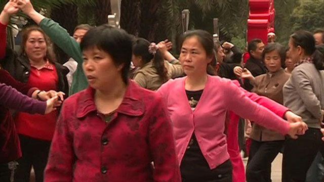 'Vovós dançarinas' ocupam qualquer espaço público na China (BBC)