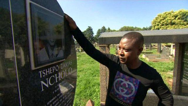 كوستو نتشولو شقيق القتيل أمام قبر أخيه