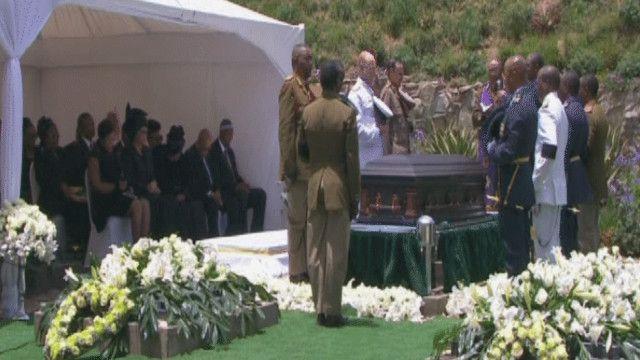 لحظات قبل دفن مانديلا