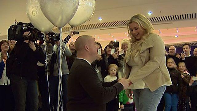 Shopping de Glasgow parou com pedido de casamento inusitado (BBC)