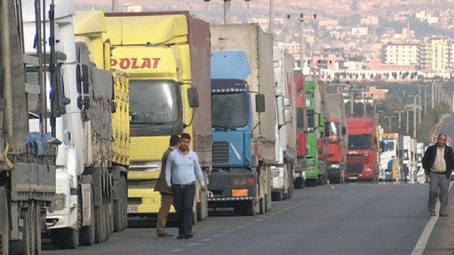 شاحنات على الحدود التركية السورية